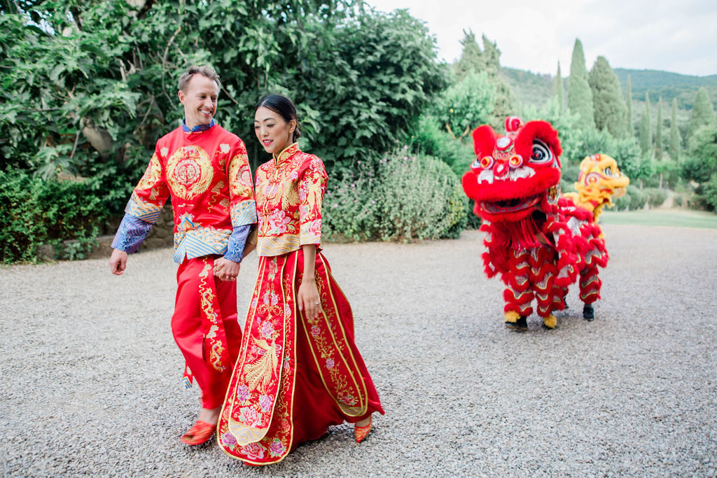 Wedding coupe with Lion Dancer - Chinese Tea Ceremony in Italy- Italian Wedding Designer