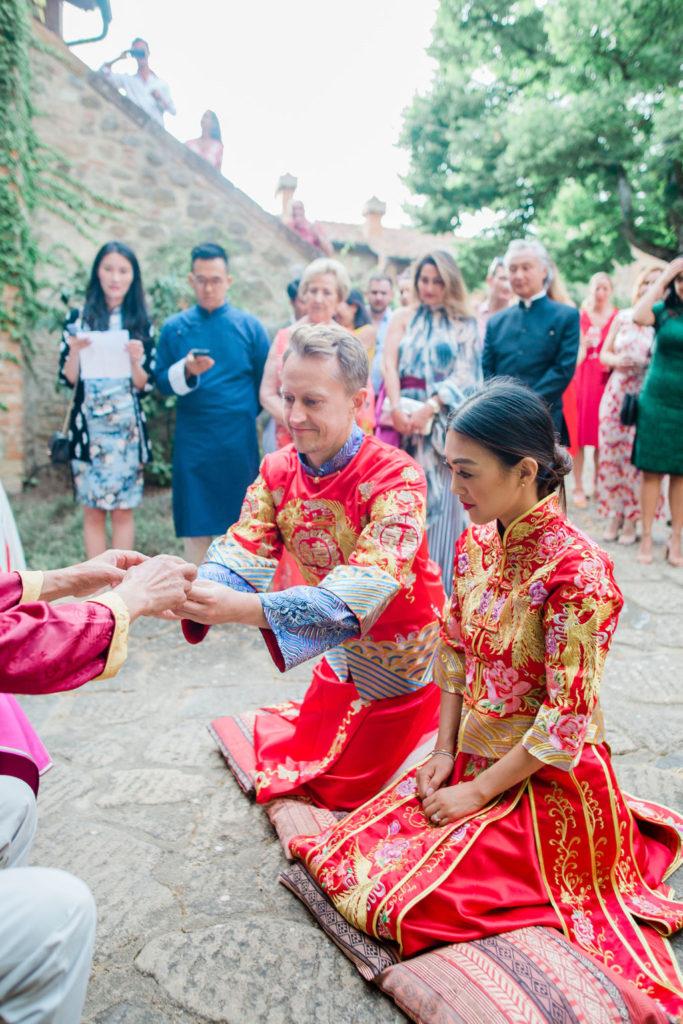 Couple offers tea - Chinese Tea Ceremony in Italy- Italian Wedding Designer