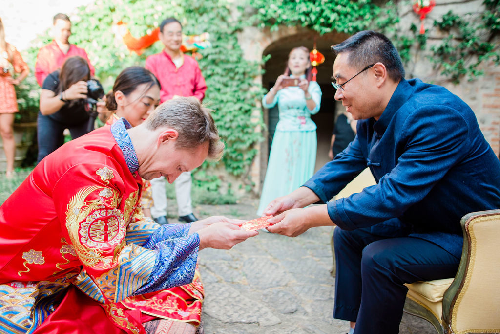 Groom offers tea to the Bride's family - Chinese Tea Ceremony in Italy- Italian Wedding Designer