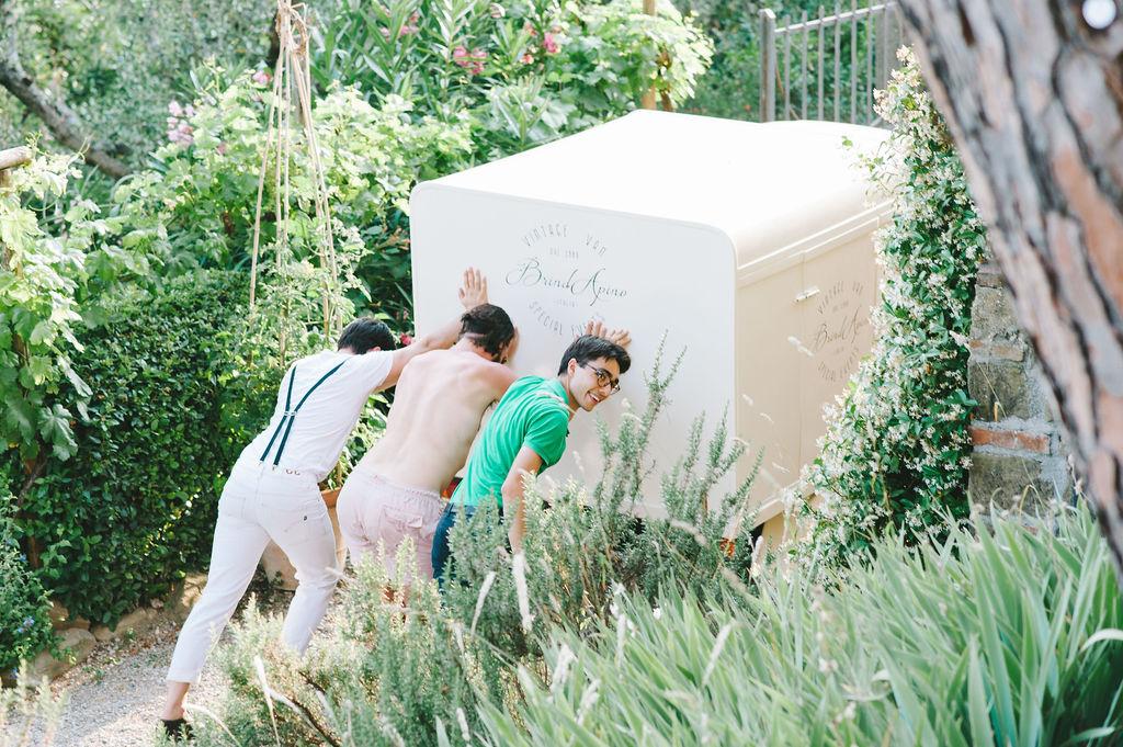 Guests helping Brindapino Wedding at Villa Vignamaggio - Italian Wedding Designer
